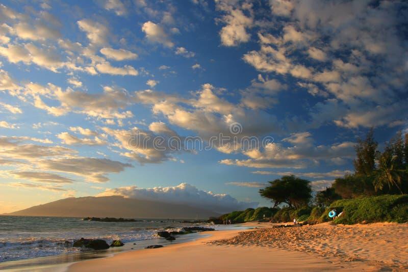 Puesta del sol en la playa de Maui imagenes de archivo