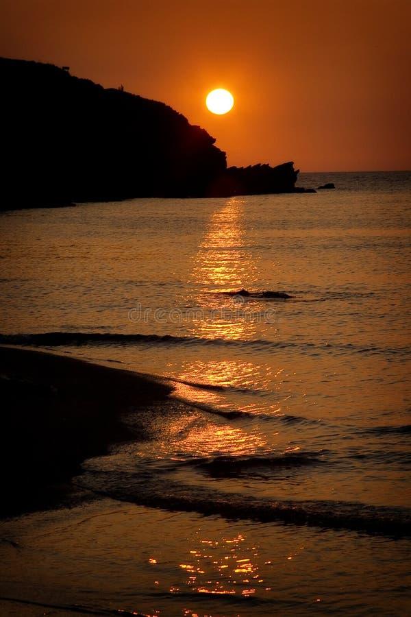 Puesta del sol en la playa de Porth, Cornualles, Inglaterra foto de archivo