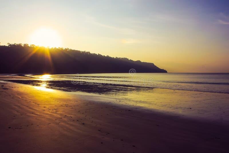 Puesta del sol en la playa de Radhanagar foto de archivo