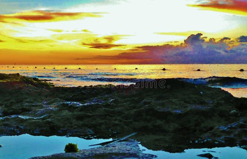 Puesta del sol en la playa de la Rep?blica Dominicana, bayahibe, centro tur?stico imágenes de archivo libres de regalías