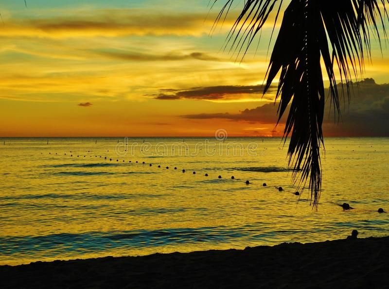 Puesta del sol en la playa de la Rep?blica Dominicana, bayahibe, centro tur?stico fotografía de archivo