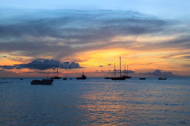 Puesta del sol en la playa de Tarrafal en la isla de Santiago en Cabo Verde - Cabo imágenes de archivo libres de regalías