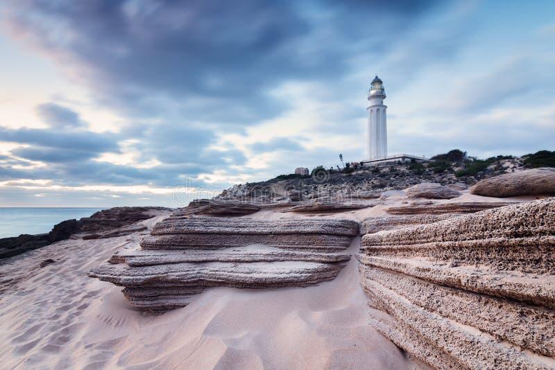 Puesta del sol en la playa de Trafalgar, faro próximo fotos de archivo