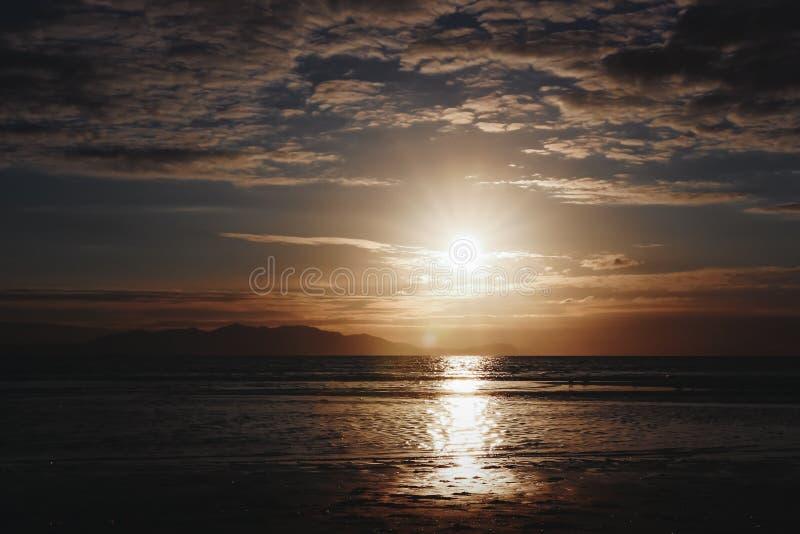 Puesta del sol en la playa de Troon fotos de archivo