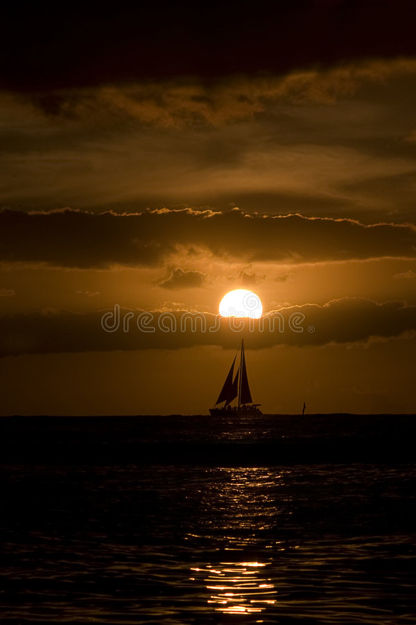 Puesta del sol en la playa de Waikiki, Hawaii fotografía de archivo
