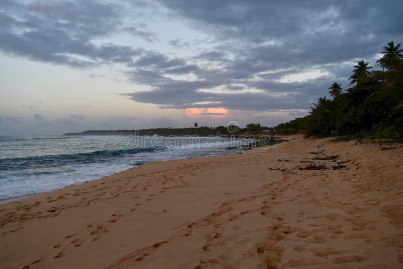 Puesta del sol en la playa del Los Tubos, Manati, Puerto Rico imagen de archivo libre de regalías