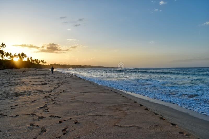 Puesta del sol en la playa del Los Tubos, Manati, Puerto Rico imagen de archivo