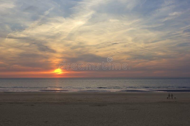 Puesta del sol en la playa del mar imagenes de archivo