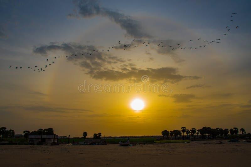Puesta del sol en la playa del mar foto de archivo