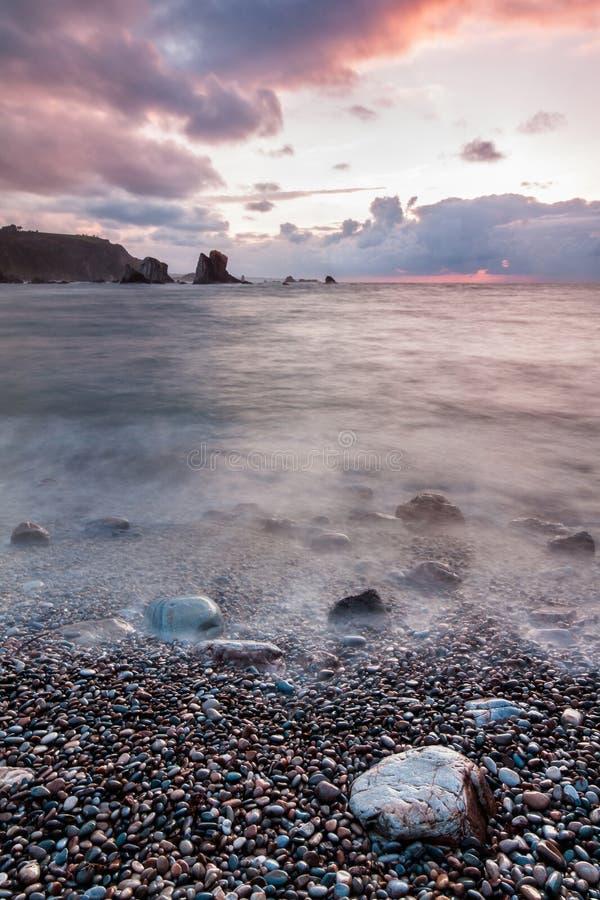 Puesta del sol en la playa del silencio imagenes de archivo
