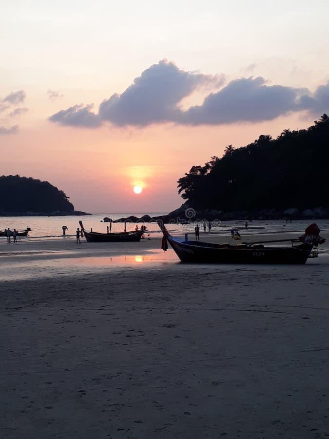 Puesta del sol en la playa, disminución, playa fotografía de archivo