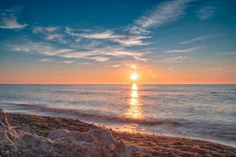 Puesta del sol en la playa en Dranske en la GEN del ¼ de RÃ foto de archivo libre de regalías