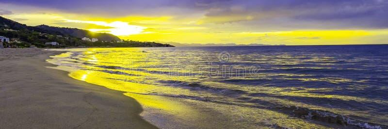 Puesta del sol en la playa en el mar tirreno, mar Mediterráneo - Cefalu, Sicilia, Italia fotos de archivo