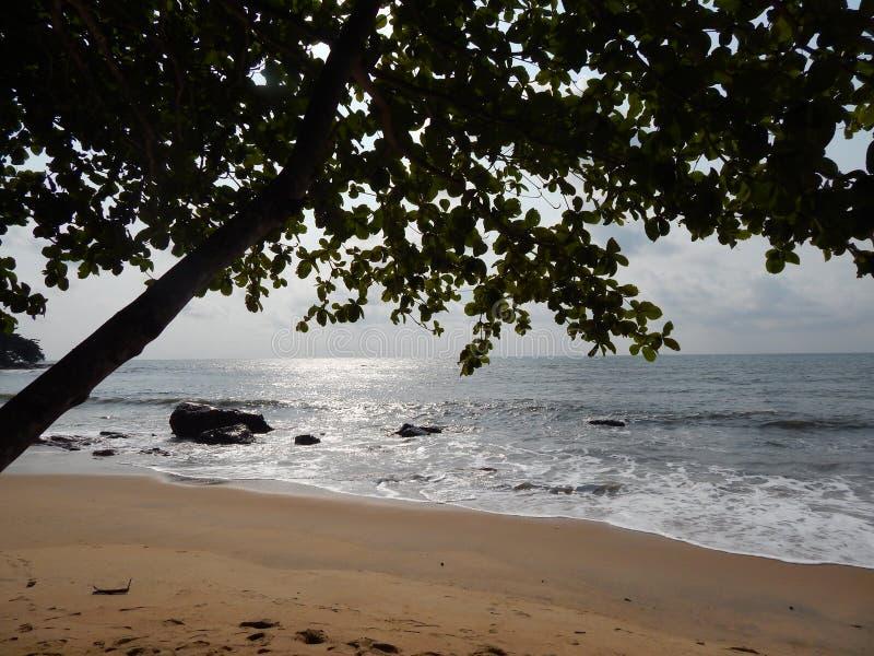 Puesta del sol en la playa en el Océano Pacífico imagen de archivo