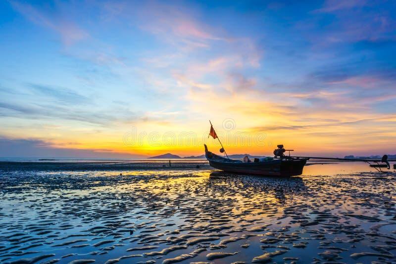 Puesta del sol en la playa en la provincia de Trang, Tailandia foto de archivo