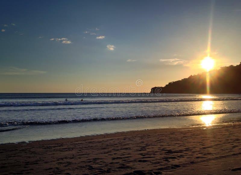 Puesta del sol en la playa en San Juan del Sur imagen de archivo