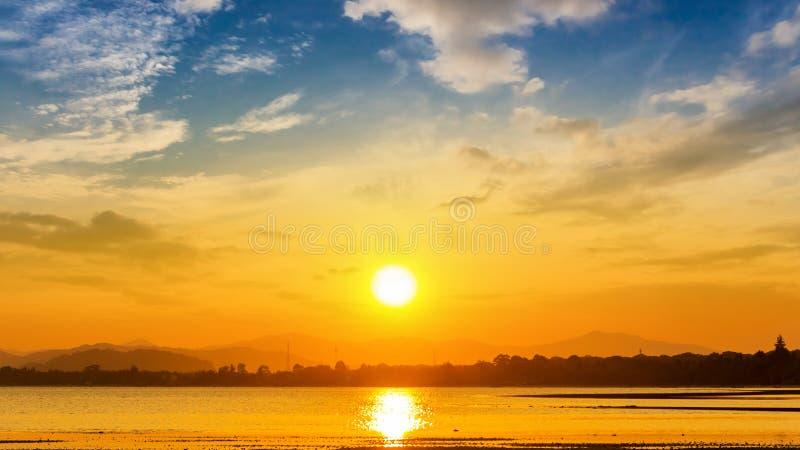 Puesta del sol en la playa en Tailandia foto de archivo