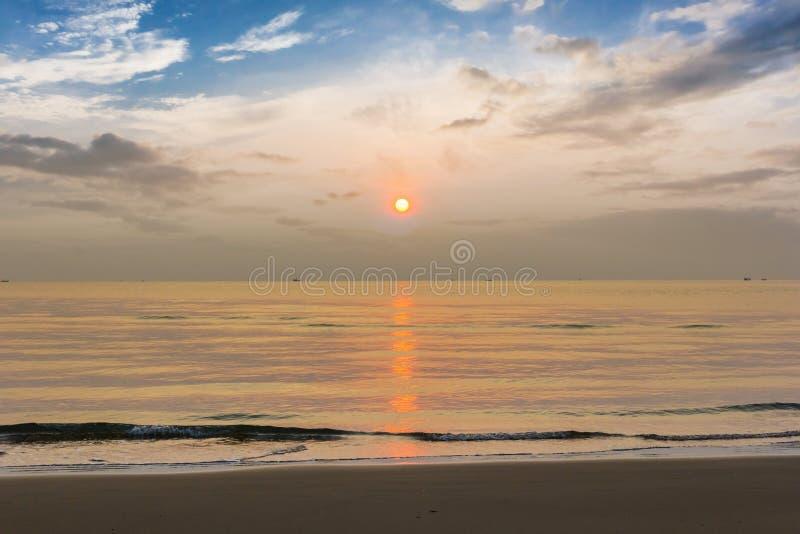 Puesta del sol en la playa en Tailandia imagenes de archivo