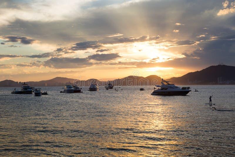 Puesta del sol en la playa Enseada, Guaruja, el Brasil fotografía de archivo