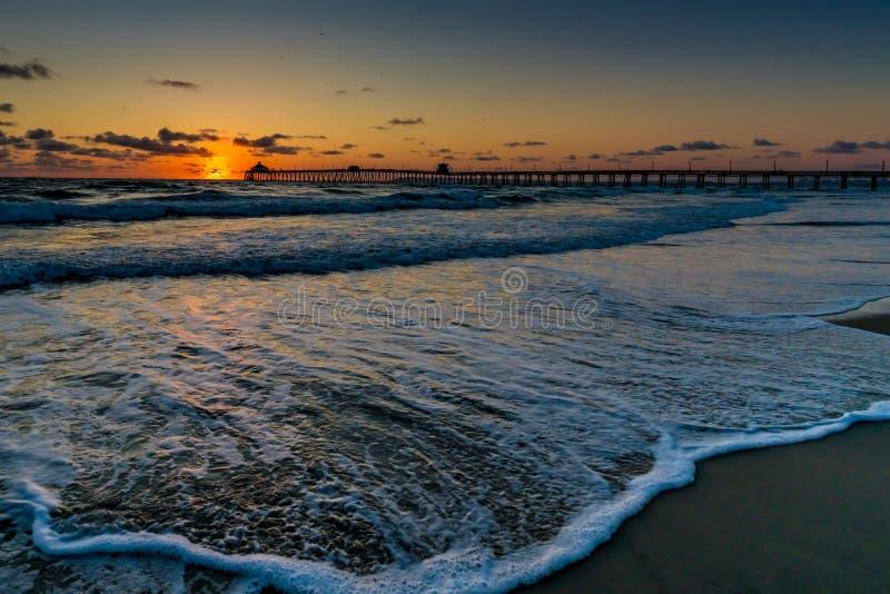 Puesta del sol en la playa imperial, CA fotos de archivo