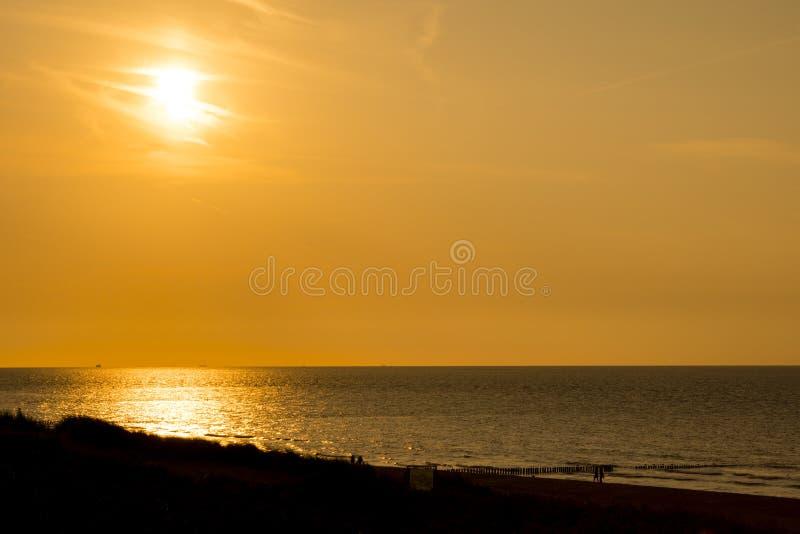 Puesta del sol en la playa del malo de Cadzand, los Países Bajos foto de archivo libre de regalías