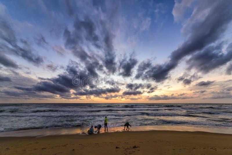 Puesta del sol en la playa en Negombo, Sri Lanka fotografía de archivo libre de regalías