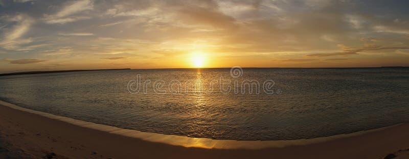 Puesta del sol en la playa remota de Aguilas de los las de Bahía de en la República Dominicana, el Caribe fotos de archivo