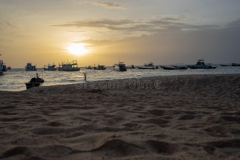Puesta del sol en la playa tropical fotografía de archivo