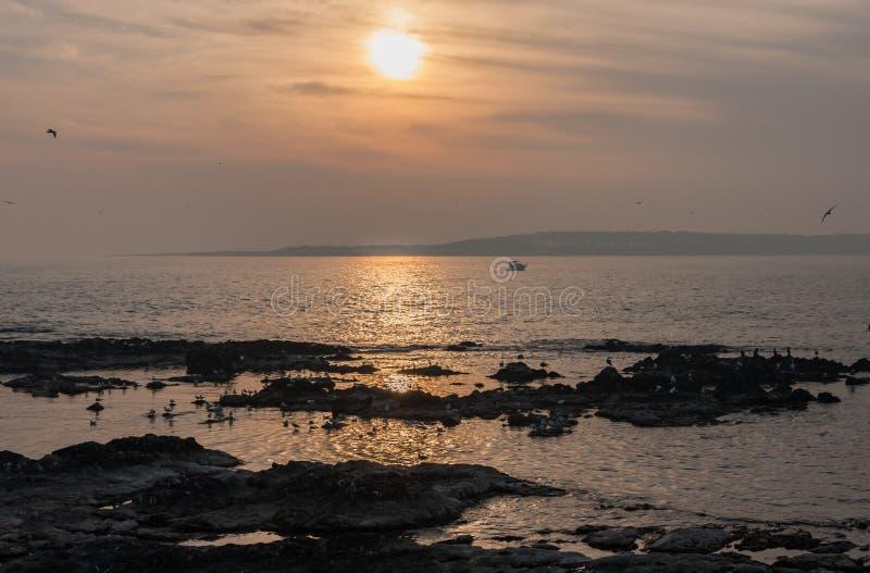 Puesta del sol en la playa Uruguay de Punta del Este foto de archivo