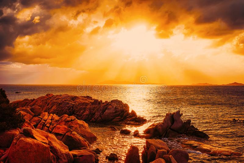 Puesta del sol en la playa y el mar Mediterráneo de Capriccioli en Cerdeña Italia fotografía de archivo libre de regalías