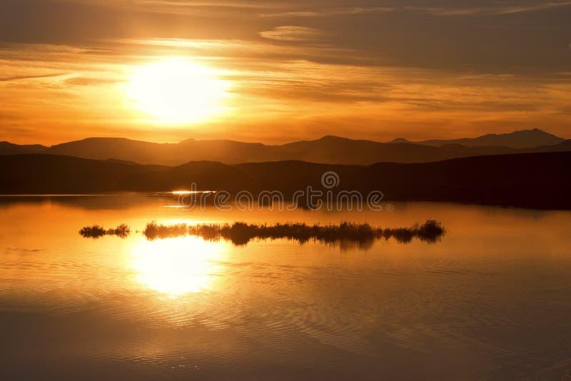 Puesta del sol en la presa de EL-Mansour Eddabbi, Ouarzazate. imagen de archivo