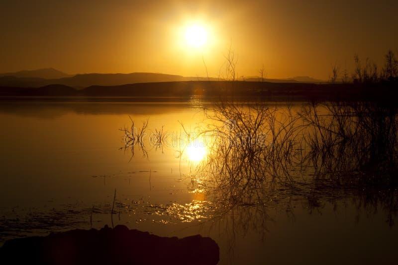Puesta del sol en la presa de EL-Mansour Eddabbi, Ouarzazate. fotos de archivo