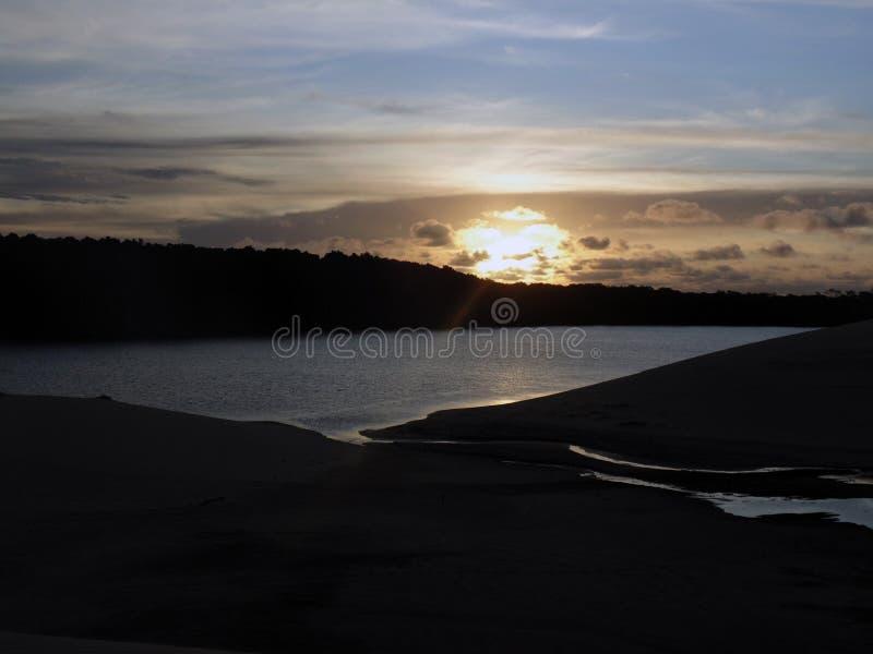 Puesta del sol en la Río Preguiças imagenes de archivo