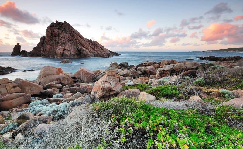 Puesta del sol en la roca Australia occidental de Sugarloaf imagenes de archivo