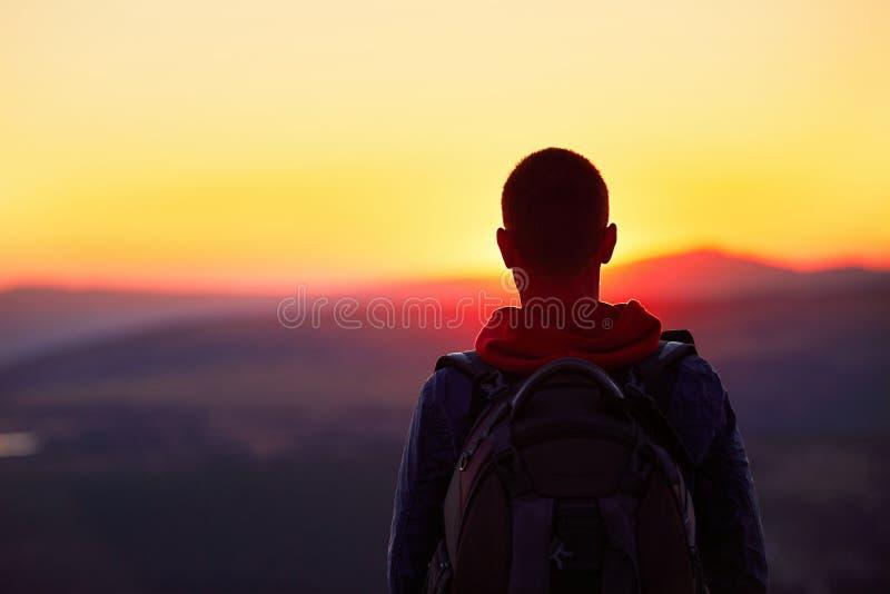Puesta del sol en la tapa de la montaña imagenes de archivo