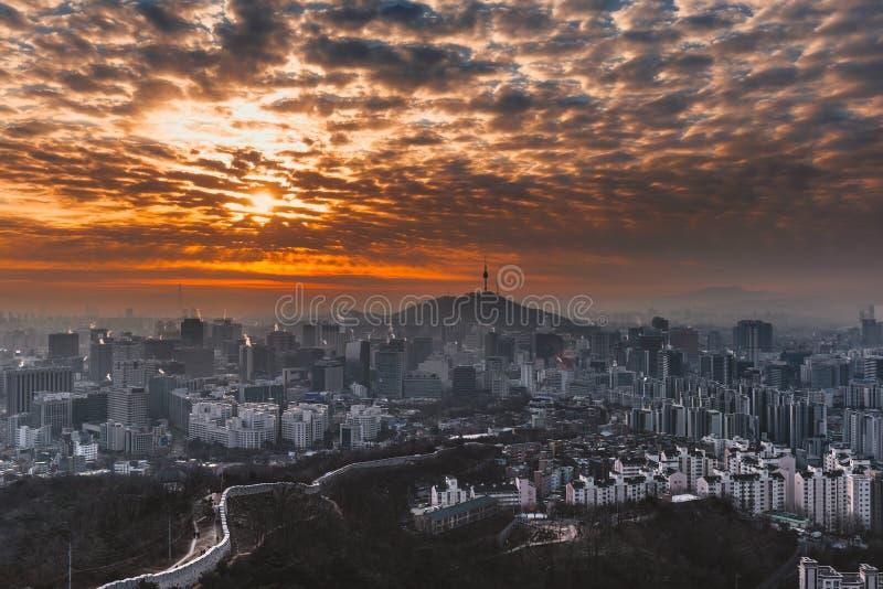 Puesta del sol en la torre de Namsan en Seul, Corea del Sur foto de archivo