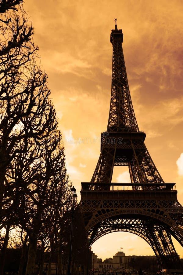Puesta del sol en la torre Eiffel fotos de archivo