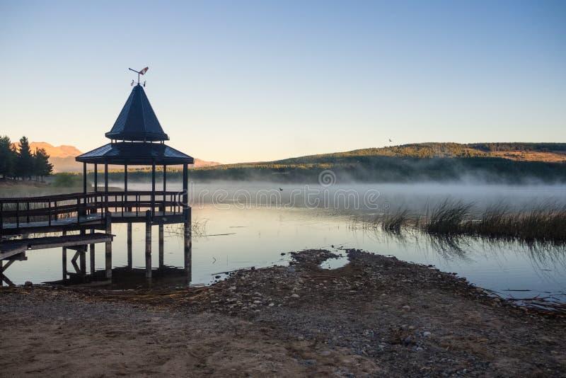 Puesta del sol en la zeta del La de Laguna en Esquel, la Argentina imagen de archivo libre de regalías
