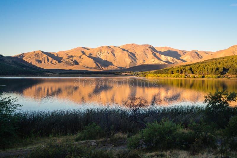 Puesta del sol en la zeta del La de Laguna en Esquel, la Argentina fotografía de archivo