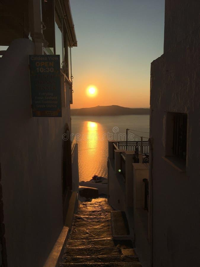 Puesta del sol en las calles de Santorini fotos de archivo