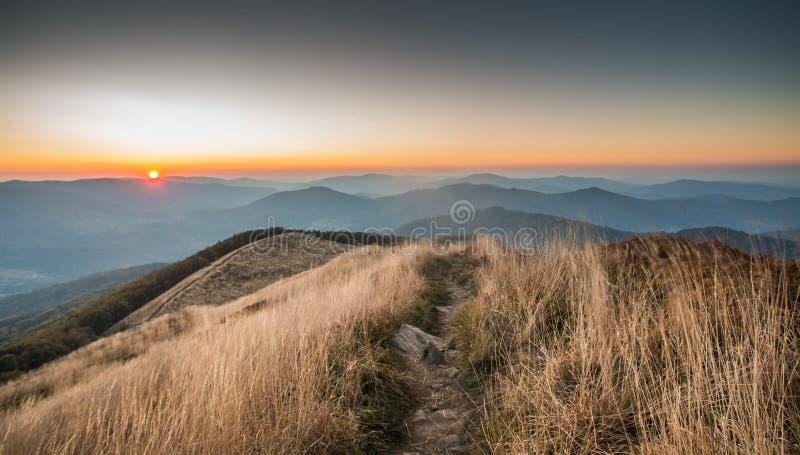 Puesta del sol en las montañas fotografía de archivo libre de regalías
