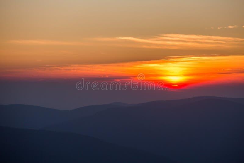 Puesta del sol en las montañas imagenes de archivo