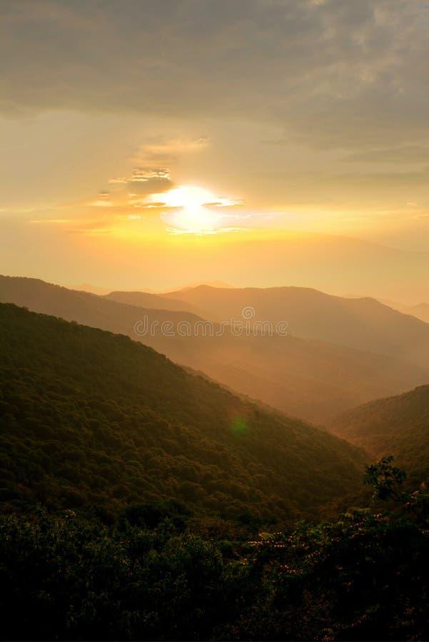 Download Puesta Del Sol En Las Montañas Imagen de archivo - Imagen de afuera, cubo: 41900967