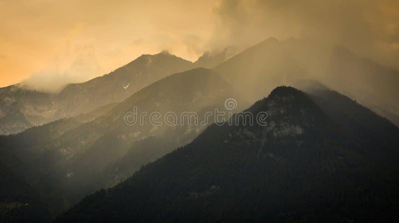 Puesta del sol en las montañas en las montañas austríacas imagen de archivo libre de regalías