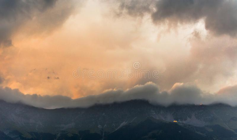Puesta del sol en las montañas en las montañas austríacas foto de archivo libre de regalías