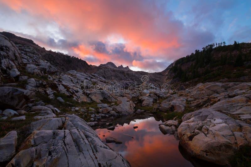 Puesta del sol en las montañas con la piscina del Tarn imágenes de archivo libres de regalías