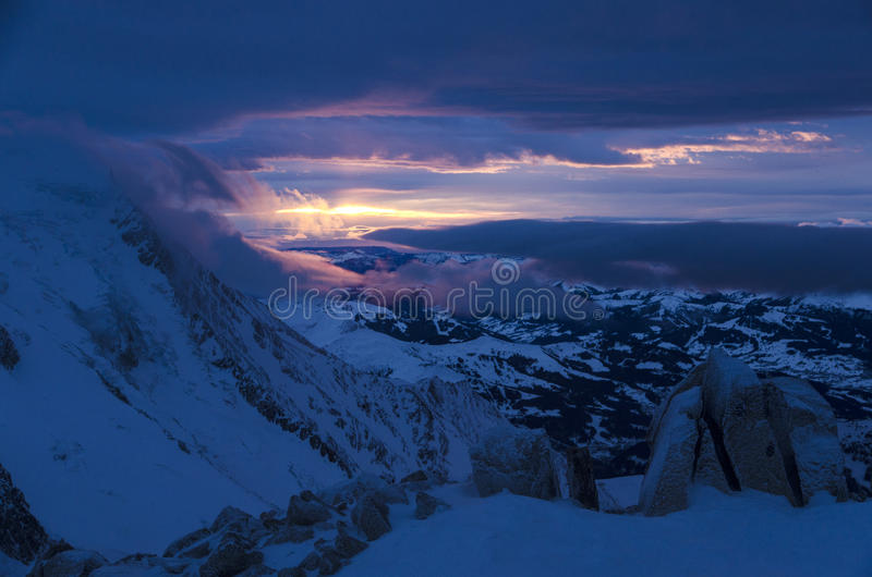 Puesta del sol en las montañas francesas, Chamonix imagen de archivo