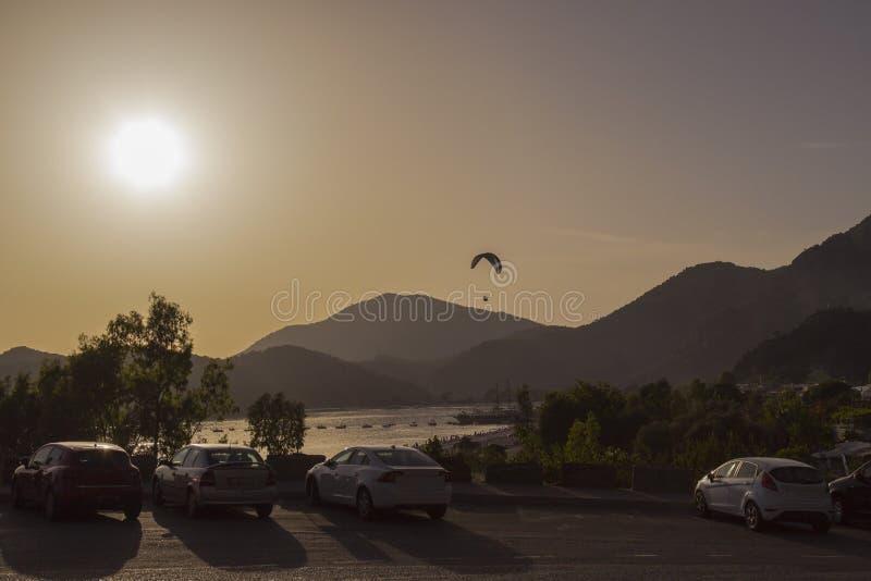 Puesta del sol en las montañas Paracaidista en el cielo En el foregrou fotografía de archivo libre de regalías