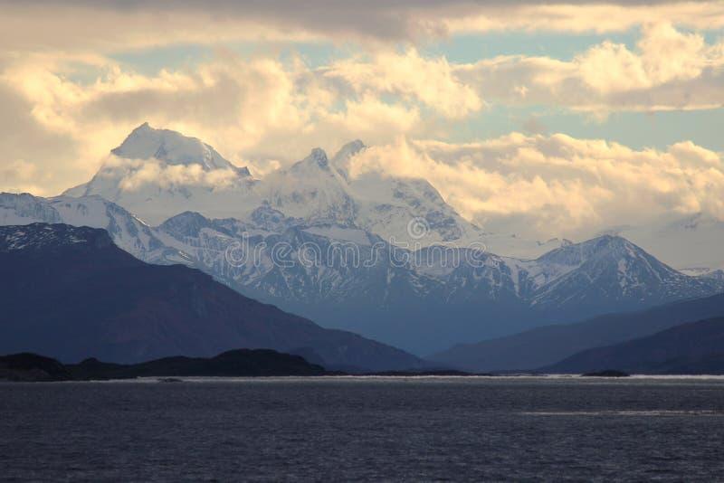 Puesta del sol en las monta?as Canal del beagle, la Argentina imagen de archivo
