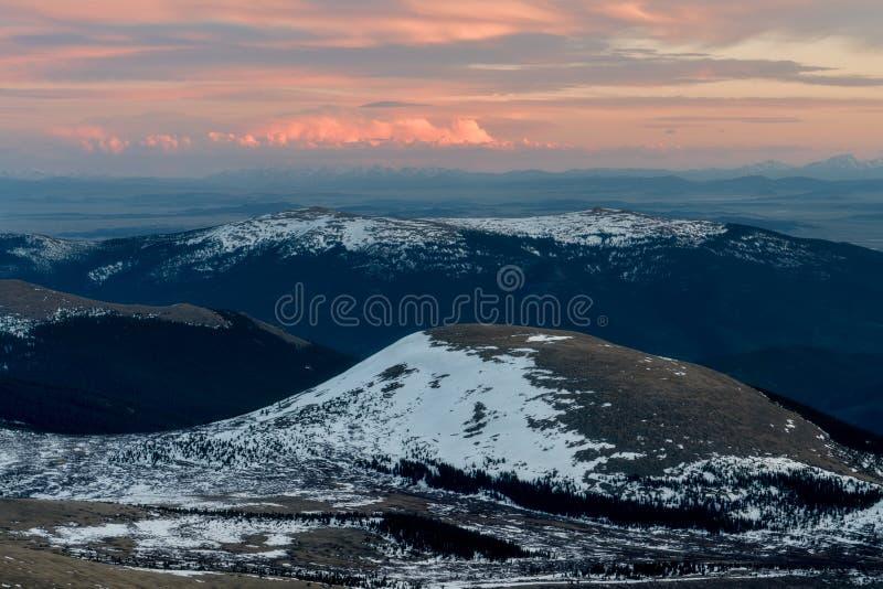Puesta del sol en las monta?as de Colorado foto de archivo